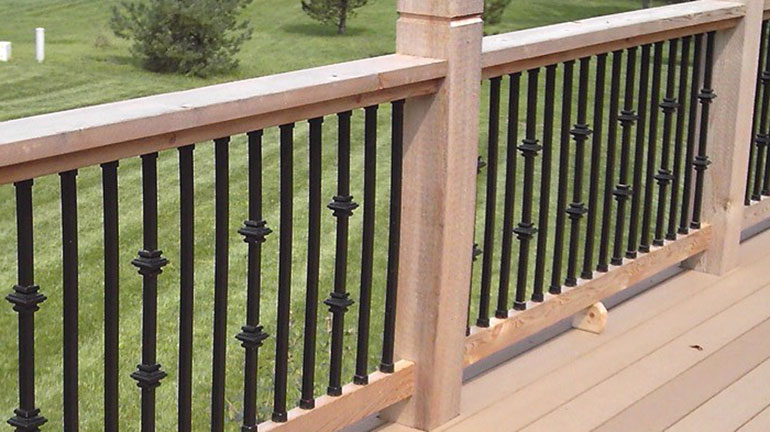 Cedar deck with Dekor Casey Collar Round Balusters and large 6x6 posts
