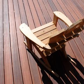 DuraLife Siesta decking, shown in Brazilian Cherry, has a blend of organic tones to create a natural look of wood.