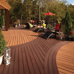 Design your Trex Transcend decking to create new spaces and shapes, shown here in Tiki Torch and Spiced Rum.